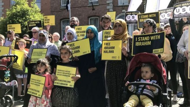متظاهرون امام السفارة المصرية في ايرلندا