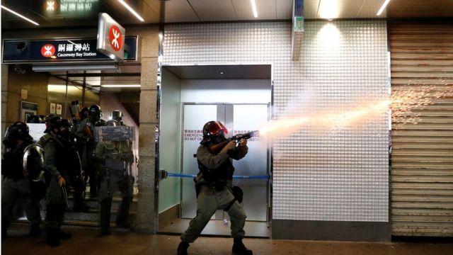 警方在銅鑼灣站外施放催淚彈。