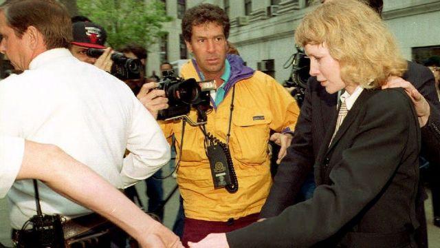 Mia Farrow a la salid de un tribunal en Nueva York en mayo de 1993