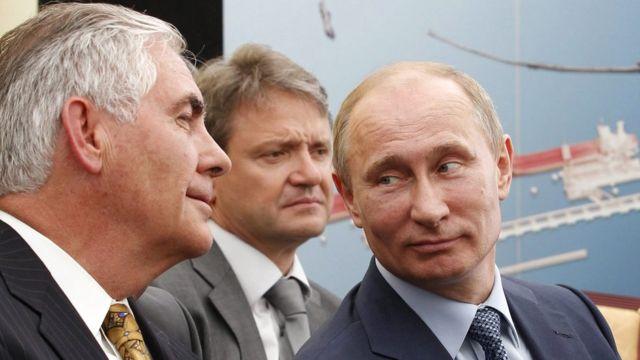 Rex Tillerson (izq.), director ejecutivo de Exxon Mobil, con el presidente de Rusia, Vladimir Putin (der.)