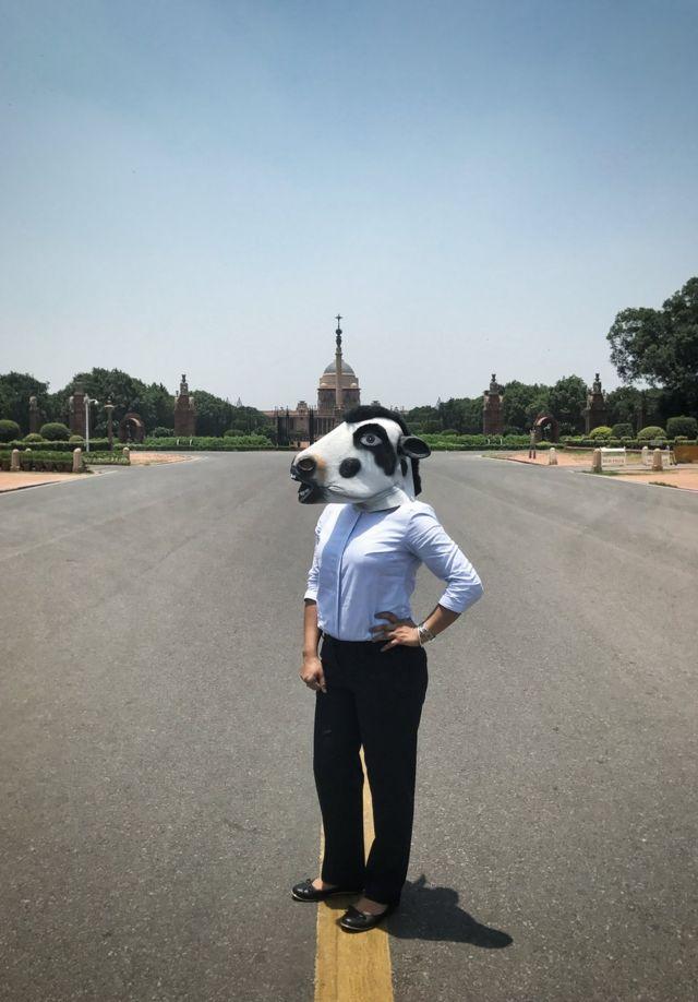 женщина на фоне дворца президента
