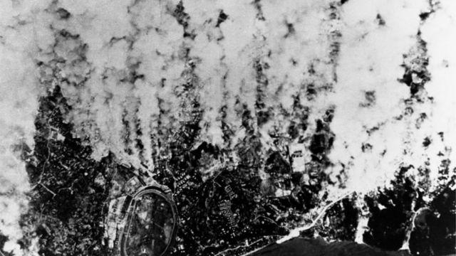 Kolom asap mengepul dari Yokohama selama serangan udara pada Maret 1945