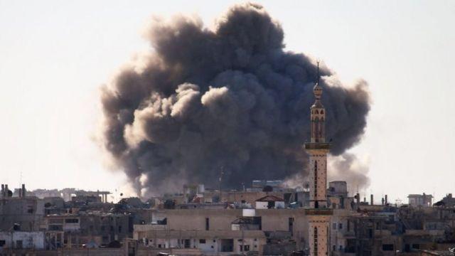 تصاعد الدخان فوق منطقة تسيطر عليها المعارضة المسلحة في درعا جنوبي سوريا، وذلك بعد أنباء عن قصف جوي حكومي.