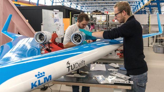 Engenheiros trabalhando na aeronave de teste Flying-V