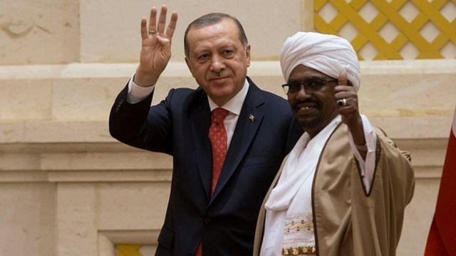 Cumhurbaşkanı Erdoğan ve eski Sudan Devlet Başkanı Ömer El Beşir, Aralık 2017'de Sudan'ın başkenti Hartum'da bir araya geldi