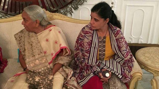 पाकिस्तान के विदेश मंत्रालय में इंतज़ार करतीं कुलभूषण जाधव की मां और पत्नी