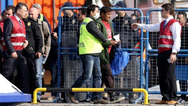 トルコ・ディキリ港に到着した移民の第一陣