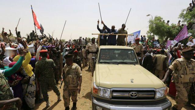 Al Bashir saluda a la multitud durante un mitin de la campaña por la paz en Darfur Occidental, devastado por la guerra, en abril de 2016.