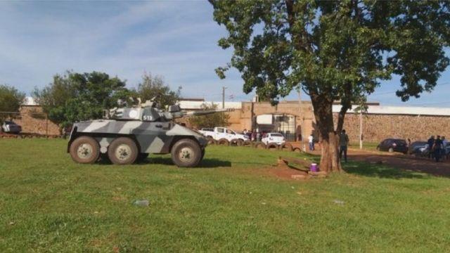 Tanque de guerra na frente do presídio