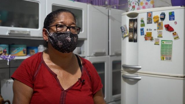 Lindinalva na cozinha da casa dela