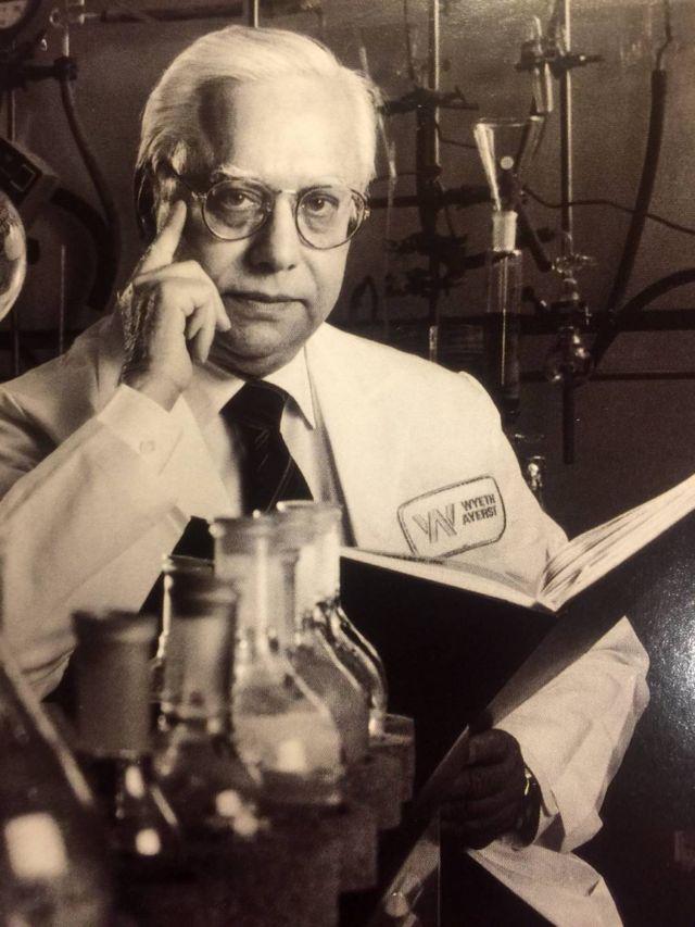 Dr. Suren Sehgal en el laboratorio