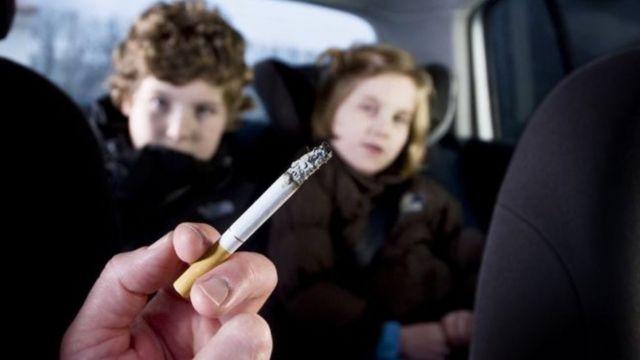 أطفال وشخص يدخن