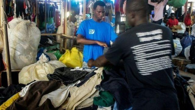 Un vendeur de friperie à Dakar
