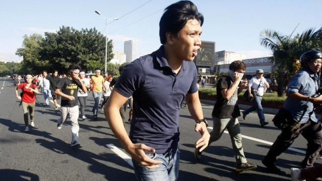 警官隊によるバリケードを突破したデモ参加者(19日)