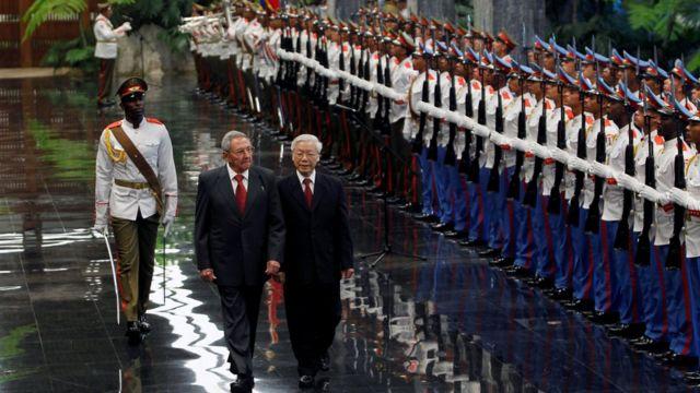 TBT Trọng duyệt đội danh dự cùng Chủ tịch Raul Castro tại Cung Cách mạng, Havana, hôm 29/3.