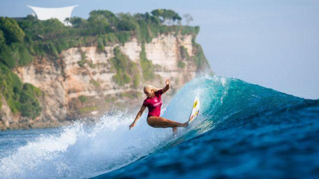 Tatiana Weston-Webb de Brasil surfea en Uluwatu, Bali.