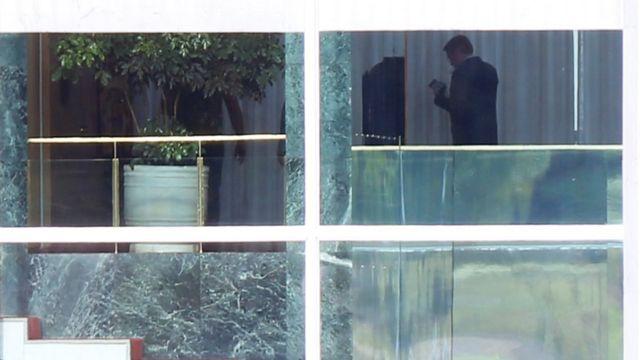 Bolsonaro é visto dentro do Palácio da Alvorada