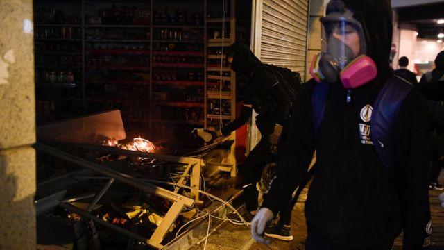 入夜后,示威者破坏被指亲中的商店。