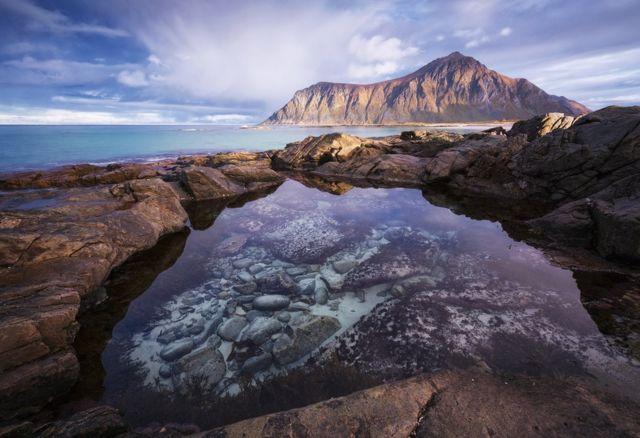 노르웨이 북부 로포텐 제도(Lofoten Islands)의 신비한 물웅덩이.