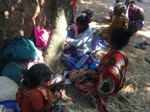ঘরবাড়ি হারিয়ে স্থানীয় একটি গির্জার সামনে অবস্থান নিয়েছে সাঁওতালরা