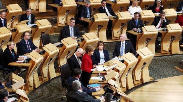स्कॉटलैंड की संसद को संबोधित करतीं वहां की फर्स्ट मिनिस्टर निकोला स्टर्जन