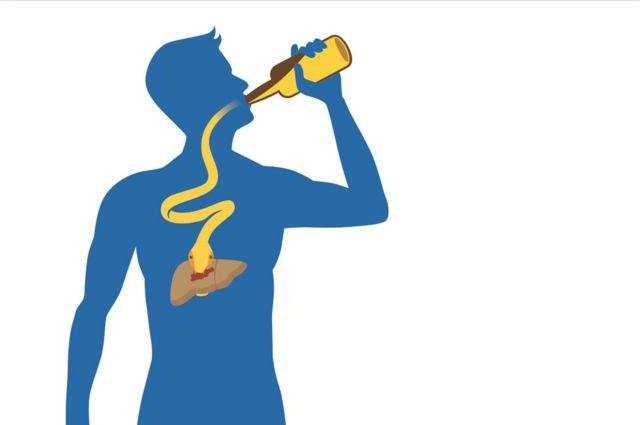 Imagen de un hombre bebiendo alcohol, que llega hasta su hígado