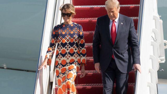 Donald y Melania Trump al llegar a Florida.