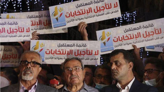 فلسطينيون في رام الله يتظاهرون ضد قرار عباس بتأجيل الانتخابات