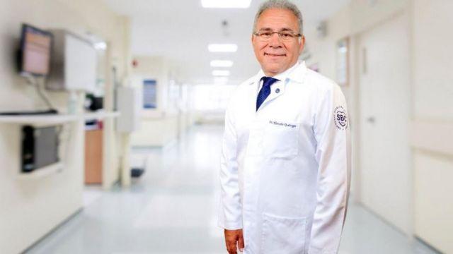 Marcelo Queiroga em corredor de hospital, sorrindo