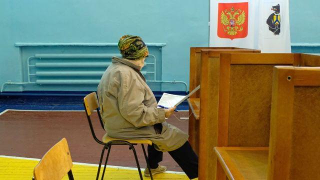 Женщина на избирательном участке в Хабаровске