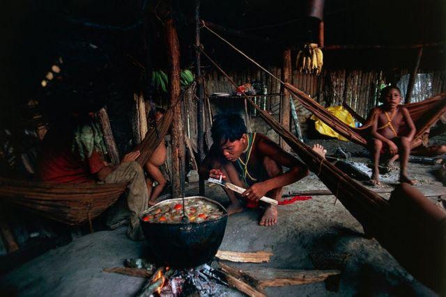 Yanomami cozinhando