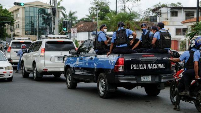 Policías escoltan el vehículo de Félix Maradiaga en Managua
