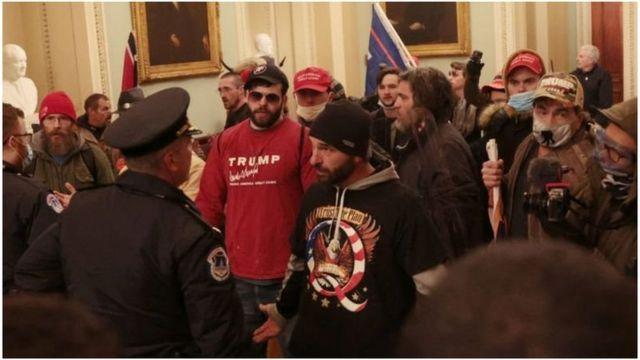 Manifestantes trumpistas dentro do Capitólio
