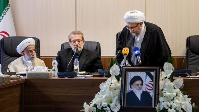 از راست صادق لاریجانی رئیس مجمع تشخیص مصلحت نظام، رئیس قوه قضائیه و عضو شورای نگهبان، علی لاریجانی رئیس مجلس و احمد جنتی دبیر شورای نگهبان.