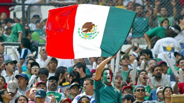 Aficionados mexicanos en el Estadio Azteca