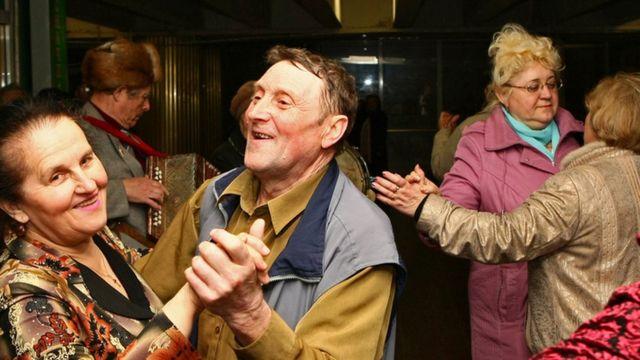 """Пенсіонери танцюють на метро """"Театральна"""" у Києві"""
