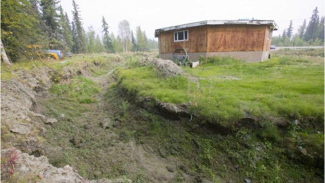 アラスカのフェアバンクス近郊にあるこの家は永久凍土が解けたことで崩壊した