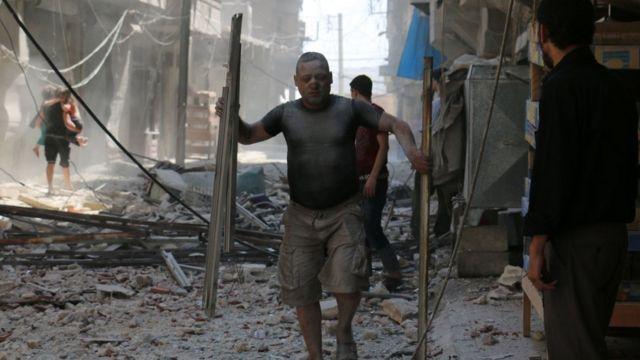 La consecuencia de un ataque en el distrito de Sakhur en Alepo