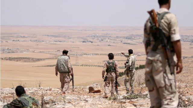 أفراد من القوات الكردية التي تعدها تركيا إرهابية في جنوب منبج