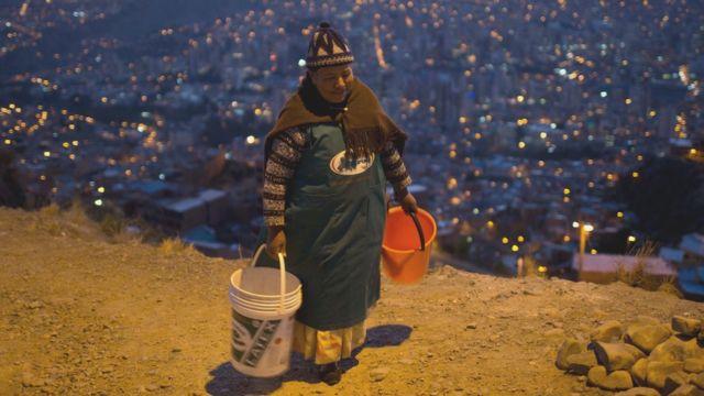 Mujer con cubos de agua