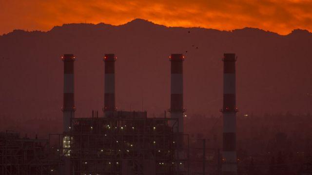 Fábrica en California emitiendo gases a la atmósfera