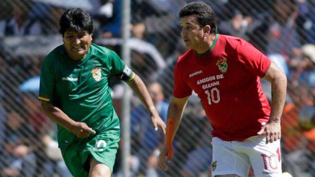 Evo Morales sigue de cerca al exjugador y actual director técnico de la selección de Bolivia, Julio César Baldivieso, en un amistoso jugado en marzo.