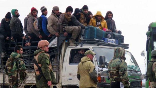 مدنيون ومسلحون يغادرون حلب