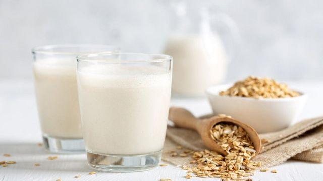 ينتج حليب الشوفان نحو ثلث الانبعاثات التي ينتجها حليب الأبقار