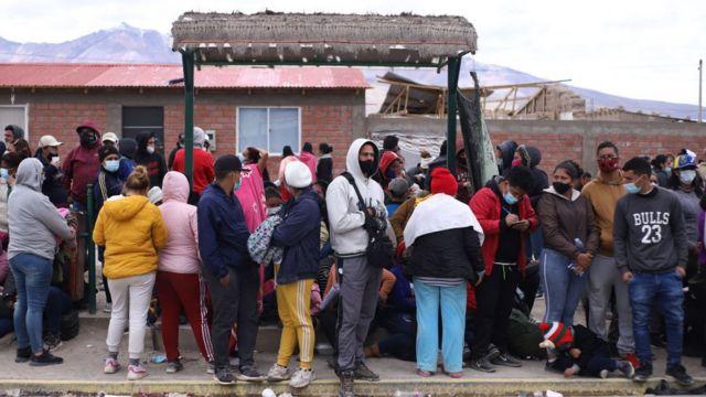 Migrantes agrupados en Colchane.