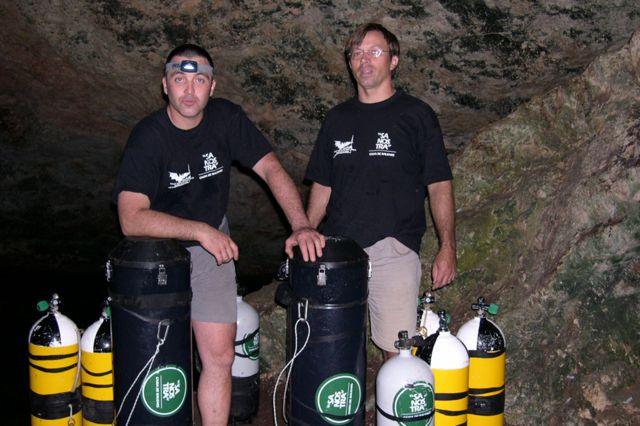 グラシアさん(写真右)と救助してくれたクラモルさん 写真は以前ダイビングに出かけた際に撮影