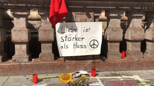 Плакаты, цветы и свечи на центральной площади Мюнхена