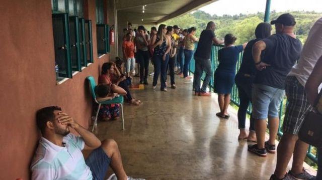Parentes de funcionários da Vale aguardando informações logo nos dias seguintes ao rompimento da barragem