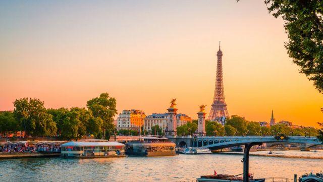 Torre Eiffel y atardecer en París.