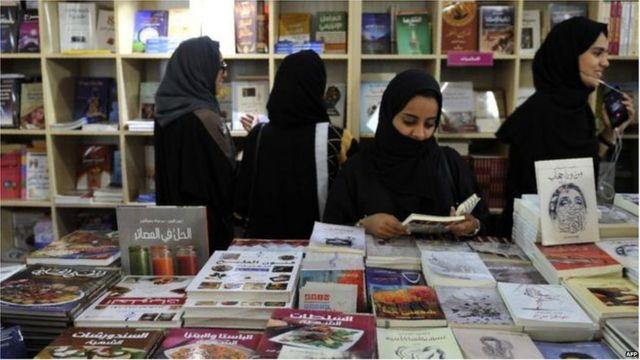 पुस्तकाच्या दुकानात तरुणी
